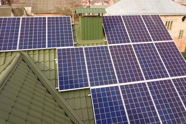 Sistema de paneles fotovoltaicos solares en el techo del edificio. Foto Premium