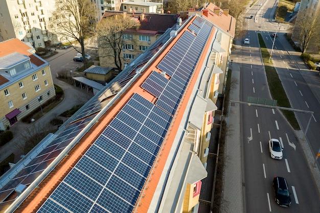 Sistema de paneles solares en techo alto de edificio de apartamentos. Foto Premium