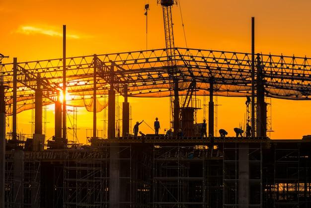 El sitio de construcción ocupado opera al principio del edificio en el sitio Foto Premium