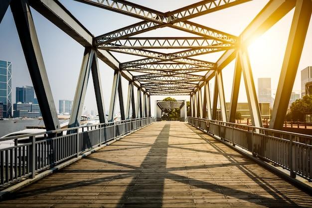 Situado en shanghai, hace cien años, el puente de acero. Foto gratis