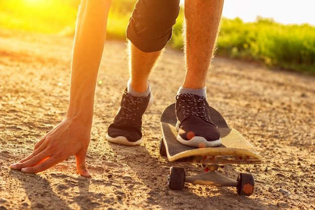 Skateboarding en la carretera al atardecer, entretenimiento de verano Foto Premium