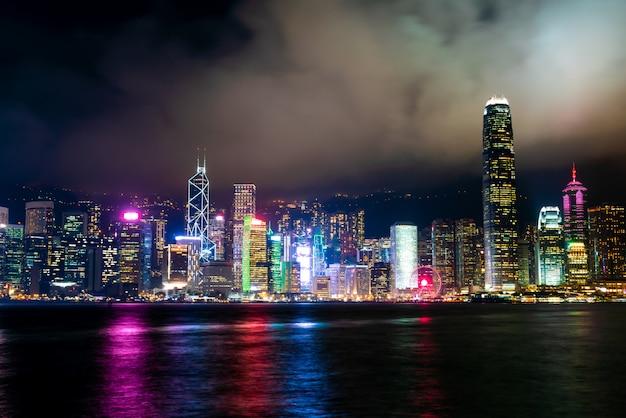 Skyline de la ciudad de hong kong en la noche e iluminar Foto Premium