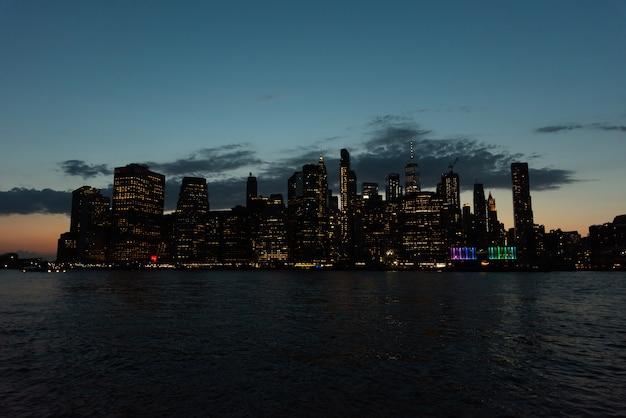 Skyline de la ciudad de nueva york en la noche Foto gratis