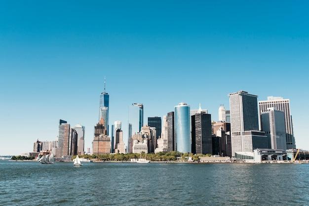 Skyline de la ciudad de nueva york con rascacielos urbanos Foto Premium