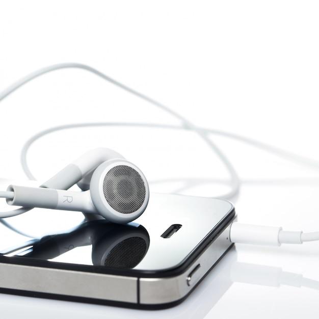 Smartphone con auriculares Foto gratis