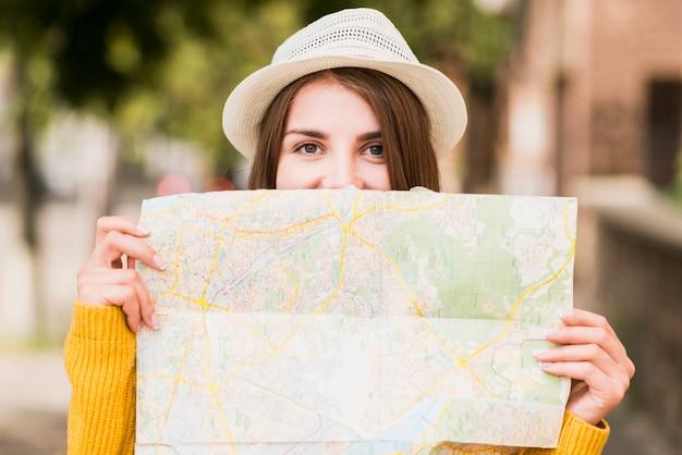 Smiley mujer viajando con mapa Foto gratis