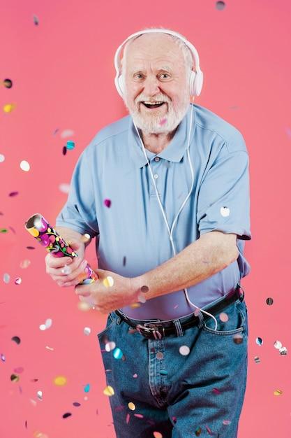 Smiley senior con auriculares Foto gratis