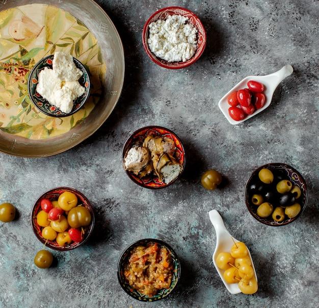 Snacks en la vista de la mesa Foto gratis