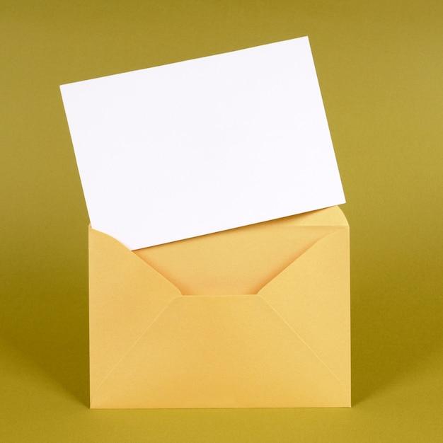 Sobre dorado con tarjeta de mensaje en blanco Foto Premium