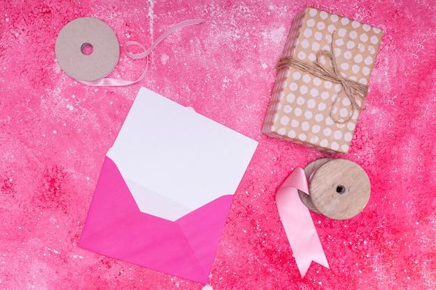 Sobre rosa con invitación de cumpleaños maqueta Foto gratis