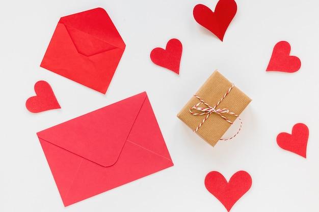 Sobre para san valentín con corazones y regalos Foto gratis