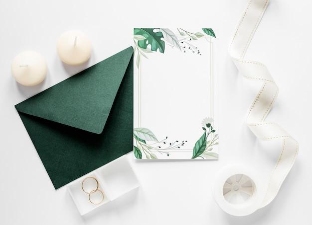 Sobre verde con invitación de boda Foto gratis