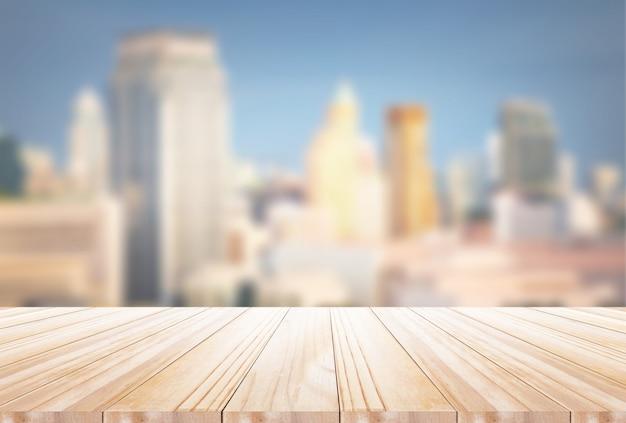 Sobremesa de madera sobre fondo borroso de noche de ciudad: se puede utilizar para exhibir o montar sus productos Foto Premium