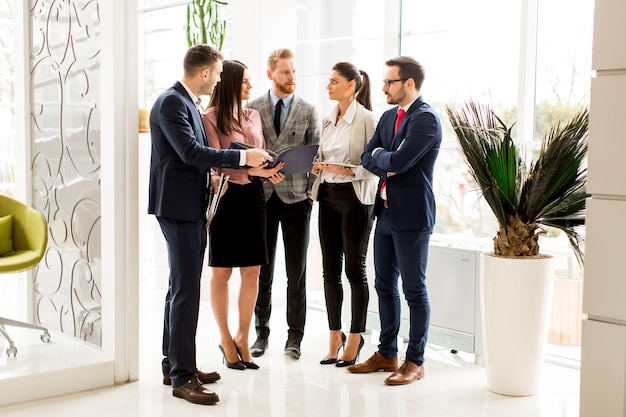 Los socios comerciales analizan los resultados del negocio en la oficina moderna Foto Premium