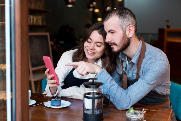 Socios comerciales reunidos en la cafetería Foto gratis