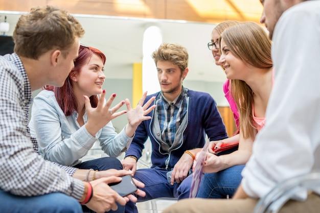 Socios jóvenes discutiendo lluvia de ideas e ideas en la reunión Foto Premium