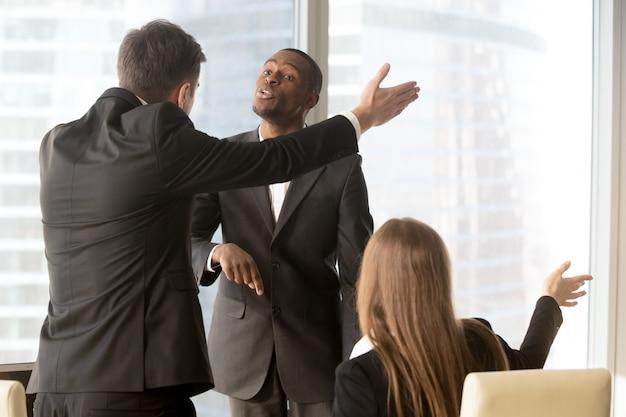 Socios de negocios molestos discutiendo durante la reunión Foto gratis
