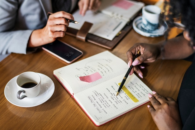 Socios de negocios reunidos en un café Foto gratis