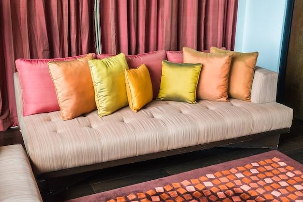 Sofá con diferentes tipos de cojines | Descargar Fotos gratis