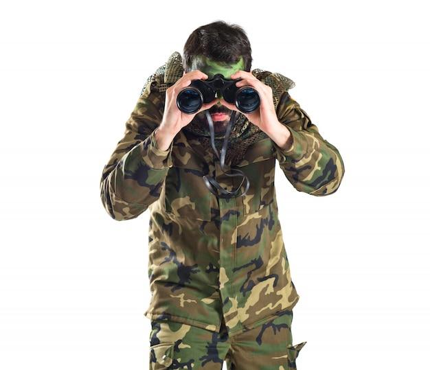 Soldado con binoculares sobre fondo blanco Foto gratis