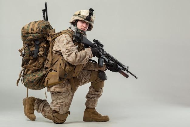 Soldado en camuflaje con rifle. Foto Premium