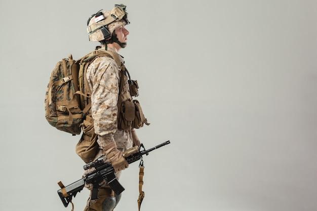 Soldado en camuflaje con rifle Foto Premium