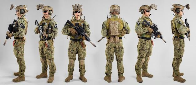 Soldado de las fuerzas especiales con rifle sobre superficie blanca. Foto Premium