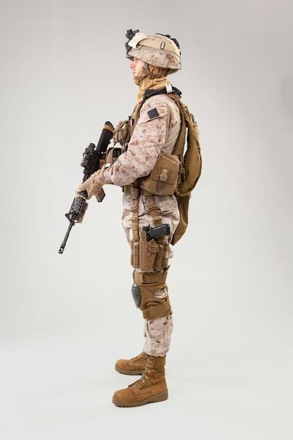 Soldado de infantería, fusilero marino estadounidense en uniforme de combate, casco y armadura Foto Premium