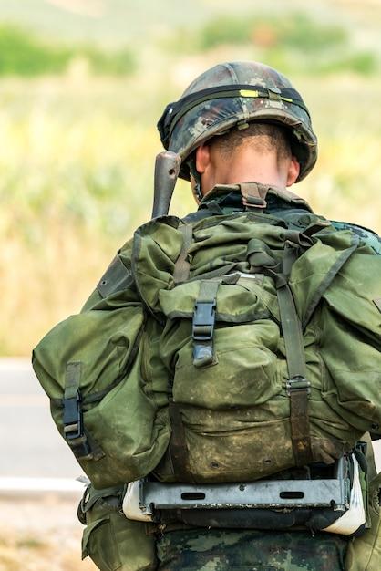 Soldado listo para el combate de guerra Foto Premium