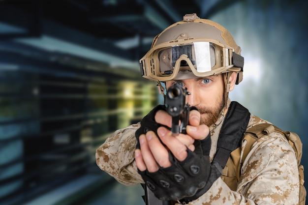 Soldado moderno con pistola Foto Premium