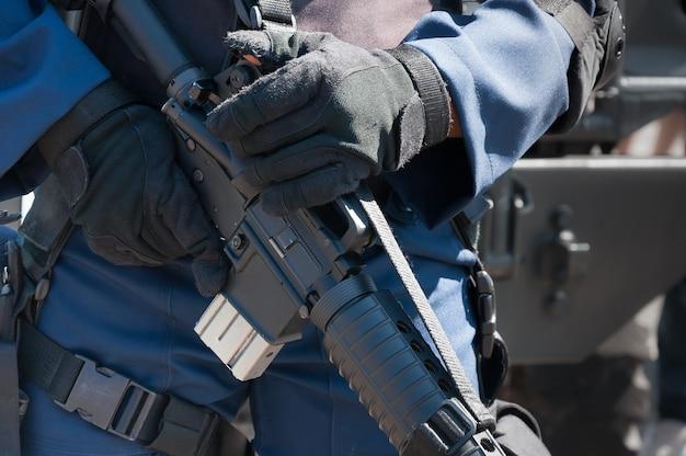 Soldado sosteniendo una máquina con arma automática. preparación para la acción militar. soldado vestido con equipo de protección Foto Premium