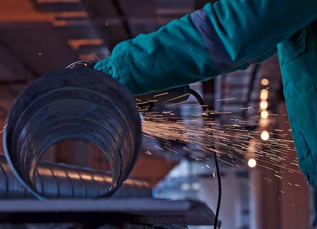 Soldadura por arco de acero en obra Foto gratis
