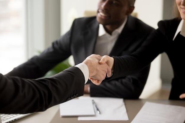 Solicitante de empleo presentándose en entrevista Foto gratis