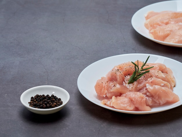 Solomillo de pollo fresco sobre la mesa de piedra Foto Premium