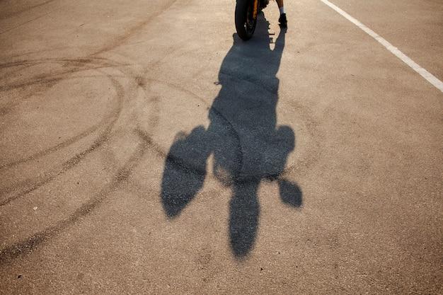 Sombra de hombre con casco Foto gratis