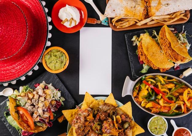 57313859a4c12 Sombrero y comida mexicana alrededor de la tarjeta de papel ...