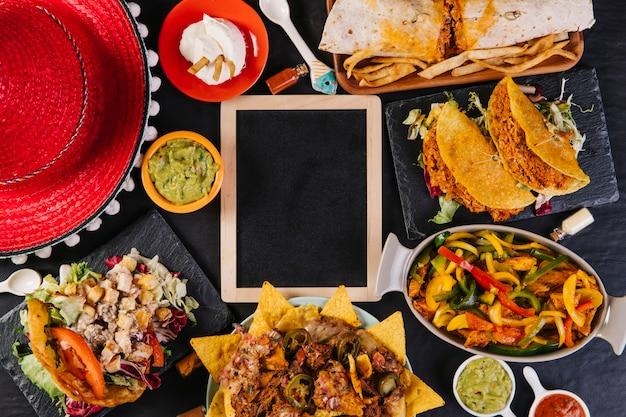 22287a4aa4f8a Sombrero y comida mexicana cerca de la pizarra