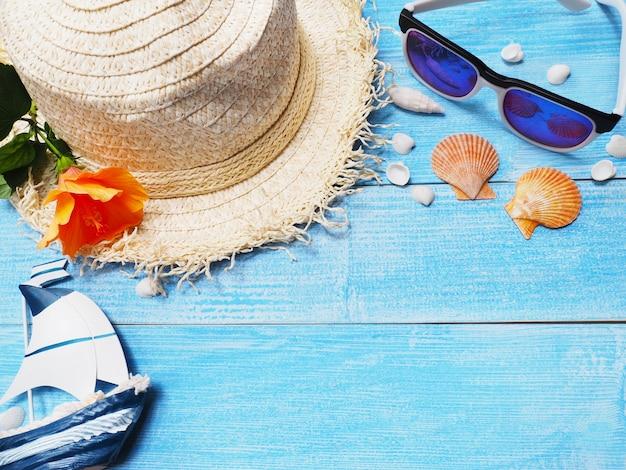 Sombrero y gafas de sol para el fondo de vacaciones de vacaciones. Foto Premium
