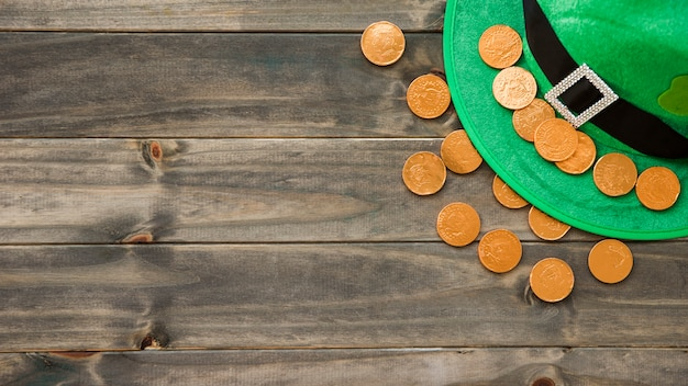 Sombrero de san patricio con trébol decorativo y monedas de oro. Foto gratis