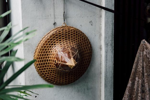 Sombrero de vietnam colgado en la pared Foto gratis
