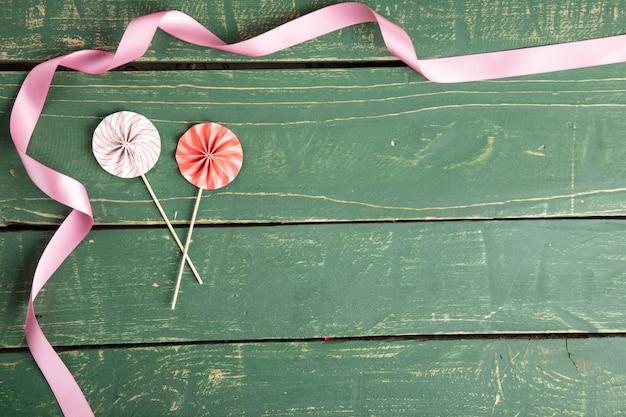 Sombrillas decorativas con cintas Foto gratis