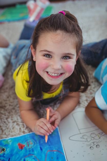 Sonriendo a los niños dibujando en papel | Descargar Fotos premium