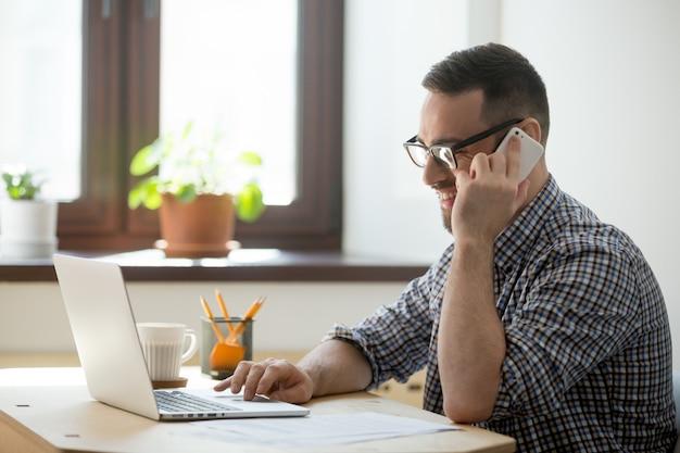 Sonriendo cliente asesor masculino en línea Foto gratis