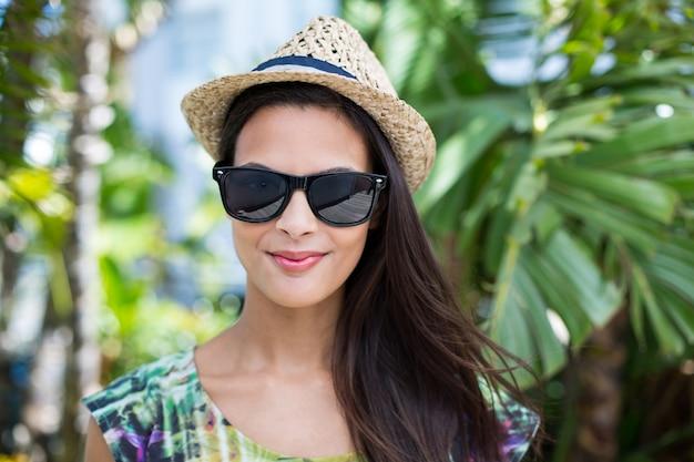 78ef971d2a Sonriendo hermosa morena con sombrero de paja y gafas de sol ...