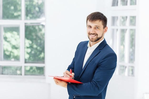 El sonriente empleado de oficina masculino Foto gratis