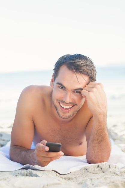 """Expresa tu momento """" in situ """" con una imagen - Página 2 Sonriente-hombre-guapo-playa-su-telefono-celular_13339-92653"""