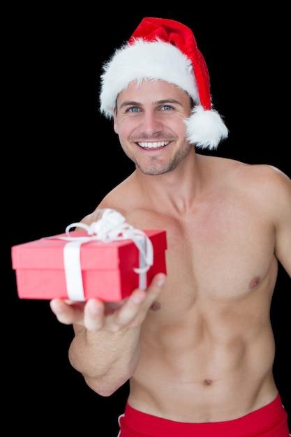 Sonriente hombre musculoso posando en sexy regalo de santa equipo de ...