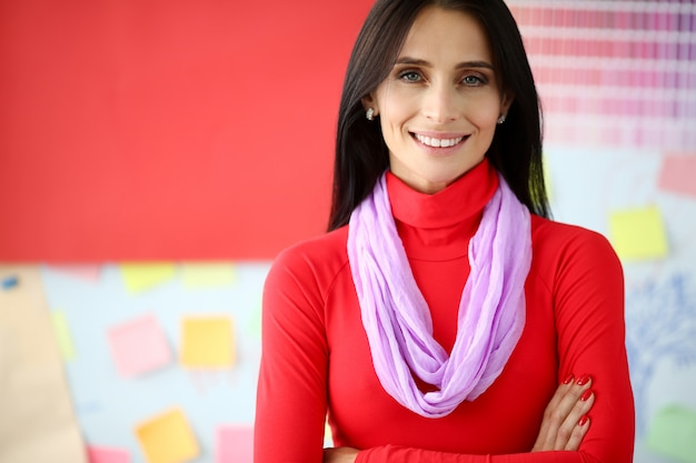 Sonriente mujer de negocios morena en vestido rojo Foto Premium