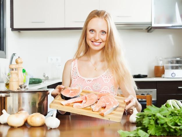 Sonriente mujer con salmón Foto gratis