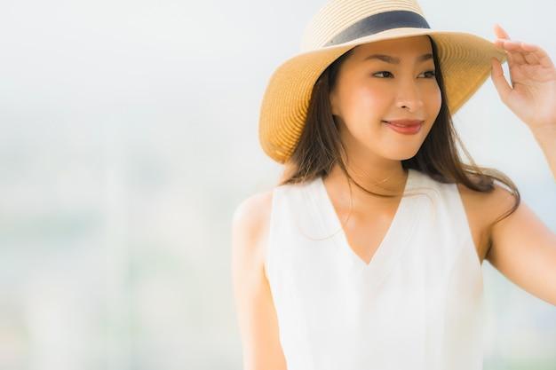 Sonrisa asiática joven hermosa de la mujer del retrato feliz y no dude en Foto gratis